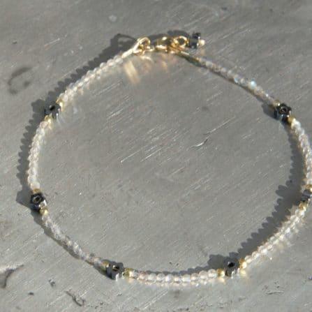 Zartes Labradoritarmband mit kleinen Hämatitblümchen